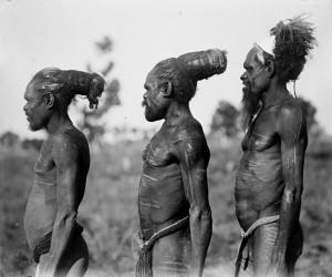 Australijscy aborygeni, rózne metody ułożenia włosów,zdjęcie na licencji Creative Commons, autor Herbert Basedow