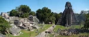 Centralna plaza Tikal CC, autor: Bjørn Christian Tørrissen)