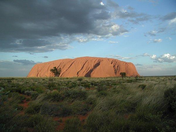 Uluru lub Ayers Rock, formacja skalna na Terytorium Północnym. Święte miejsce dla lokalnej rdzennej ludności Australii (zdjęcie na licencji Creative Commons, autor: Paweł Drozd)
