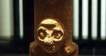 Przód grzybkopodobnej figurki, znajdującej się w Muzeum w Berline. U podstawy figurki widać głowe ludzką. fot. Paulina Komar