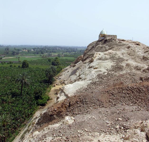 Widok na pozostałości po świątyni Hator na pierwszym planie, dalej mauzoleum szejka Musy.