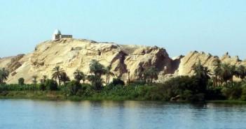 Widok na wschodnie wzgórze Gebelein ze wschodniego brzegu Nilu.