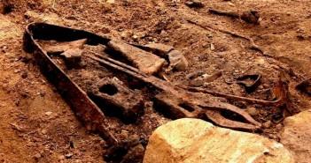Broń i narzędzia z grobu wikinga. Fot. za NRK