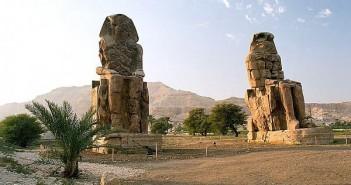 Kolosy Memnona, przy wjeździe na teren nekropolii Tebańskiej; zachodni brzeg Nilu w Luksorze, Egipt, autor Przemysław Idzikiewicz