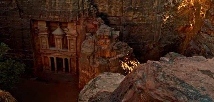 The_Treasury_(Al_Khazneh)_in_Petra_at_sunset,_viewed_from_the_top_of_the_Siq