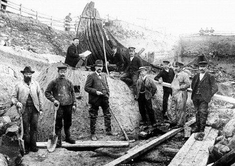 Starożytnicy przy wikińskiej łodzi w 1904 r. Królowa z marihuaną na łodzi z Oseberg
