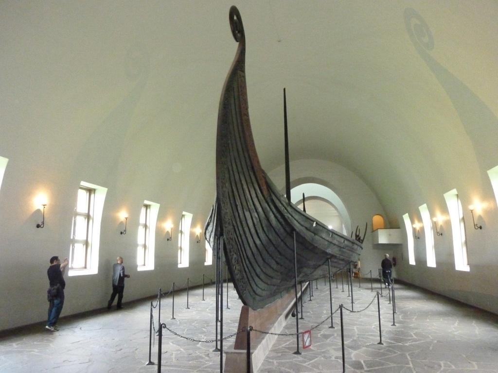 Łódź na ekspozycji w Muzeum Łodzi Wikingów w Oslo. Królowa z marihuaną na łodzi z Oseberg