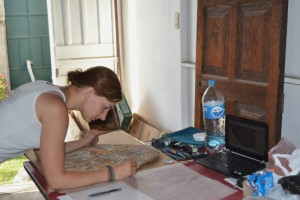 Karolina Juszczyk podczas opracowywania malowanych płyt w magazynie misji w Arequipie