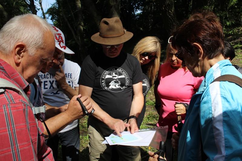 Bogdan Przybyła (z mapą) podczas jednej z archeologicznych wycieczek na terenie powiatu łobeskiego