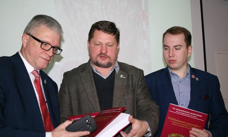 Obecni na promocji senator Robert Gaweł i posłowie dr Bartosz Józwiak i Adam Andruszkiewicz (Fot. R.Wyrostkiewicz)